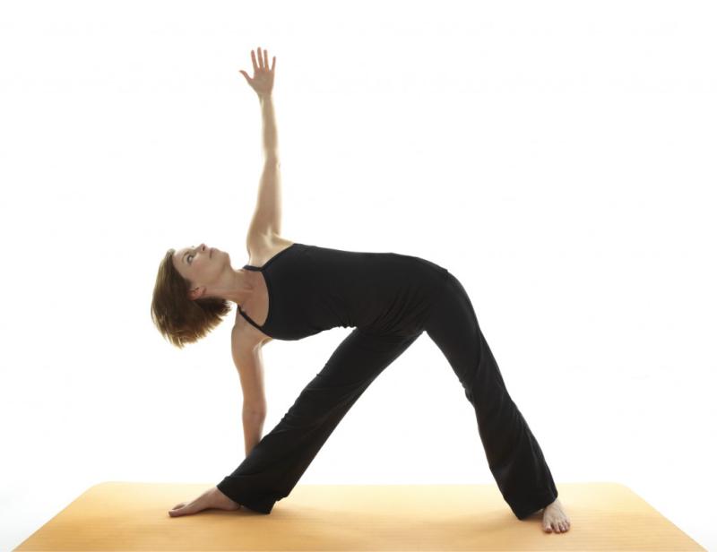Cómo darle elasticidad a nuestro cuerpo con la postura Triconasana