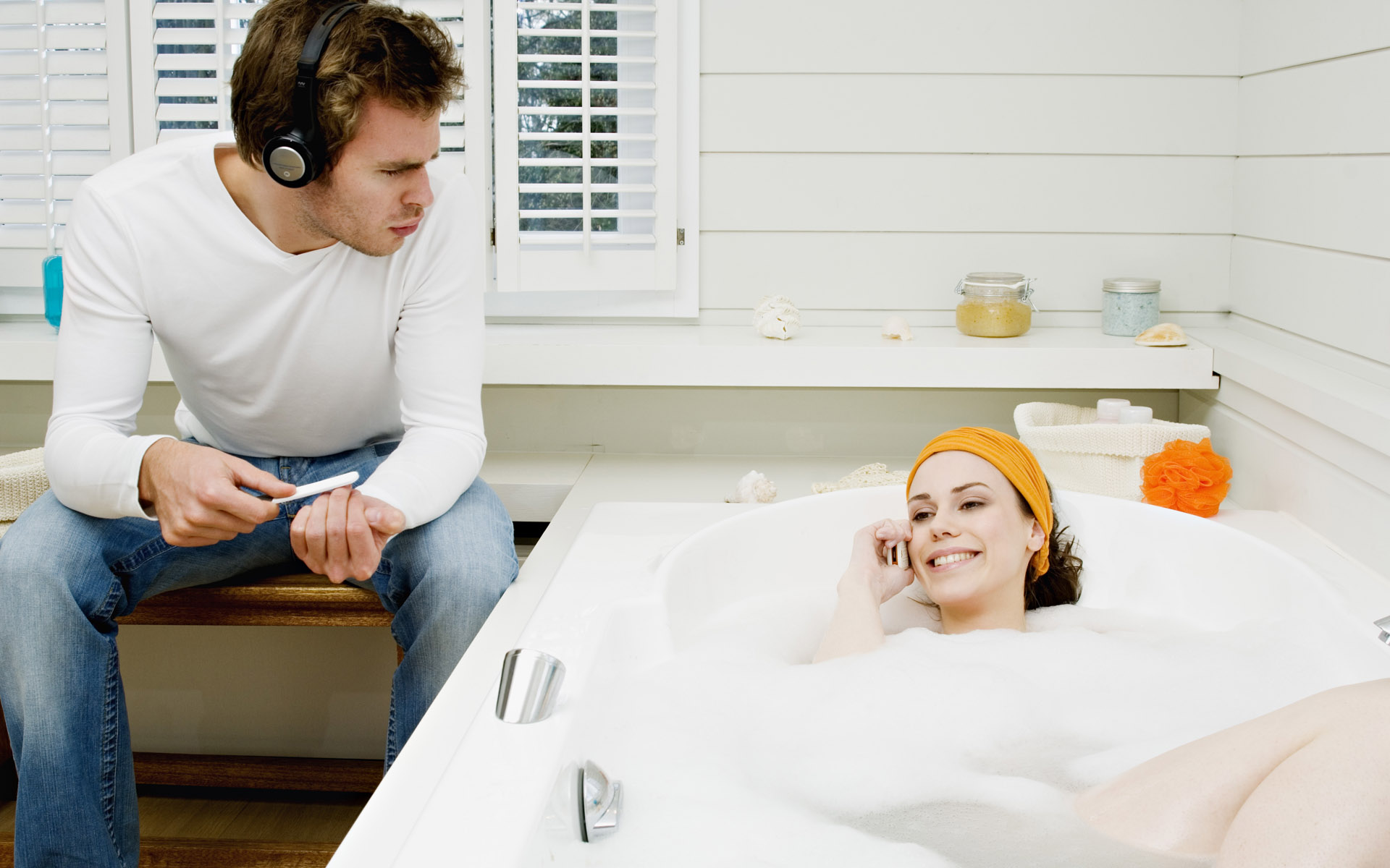 hombres y mujeres en el baño