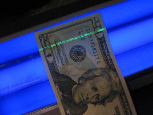 Hilo de seguridad en un dolar