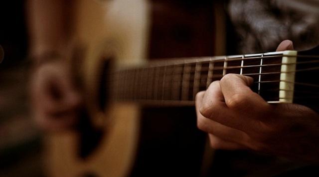 Aprender a tocar la guitarra.