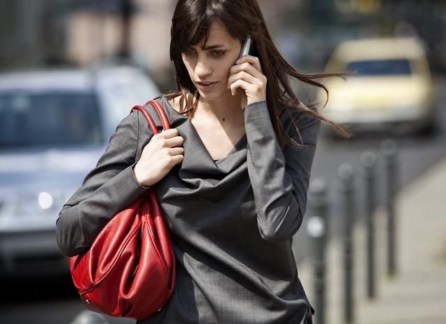 hablar-celular-caminar-calle
