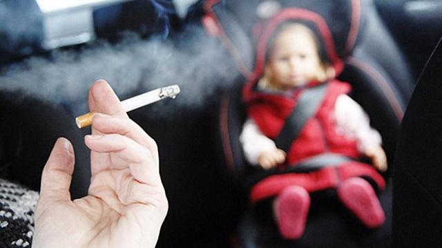 Los padres fuman en el coche acompañados de sus hijos enviando sustancias tóxicas que irradian en todo el ambiente.