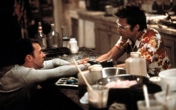 El Club de la Pelea (1999) - Basada en la novela de Chuck Palahniuk del mismo nombre (1996)