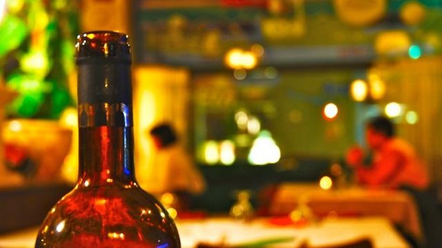 ¿Por qué la gente bebe alcohol durante el trabajo?