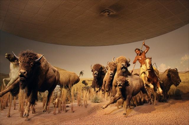 Diorama de tamaño natural en un museo, representando la caza