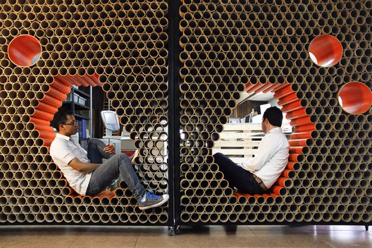 Muro + mobiliario formado por 1600 tubos de cartón