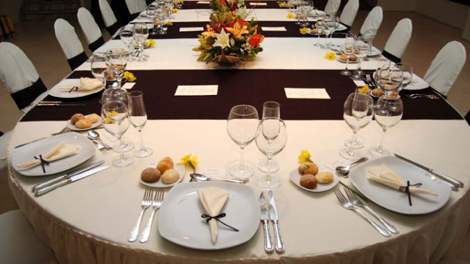 Cómo se disponen los cubiertos en una cena formal