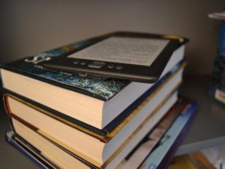 La vida de un estudiante está unida a los libros, y Kindle te permite leer todo tipo de textos electrónicos