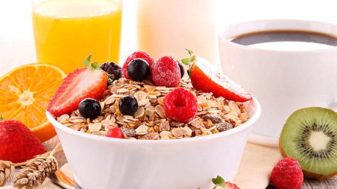 Tres alimentos que no pueden faltar en el desayuno