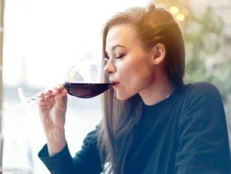 El beber alcohol podría aumentar el riesgo de síndrome premenstrual